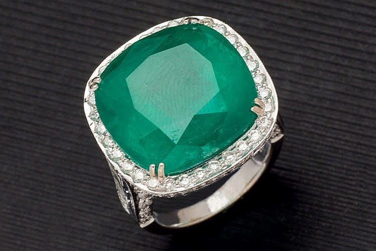Great colombian emerald and diamond ring