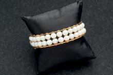 Pulsera de oro amarillo de 18 K. con dos filas de perlas cultivadas. Cierre de lengüeta con broche de seguridad.