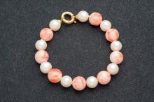 Pulsera de perlas cultivadas y coral piel de ángel con cierre de oro amarillo de 18 K.