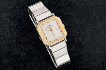 Reloj de pulsera para caballero marca BAUME & MERCIER, realizado en acero y oro amarillo. Movimiento de cuarzo que necesita repaso. Esfera gris con calendario a las tres.