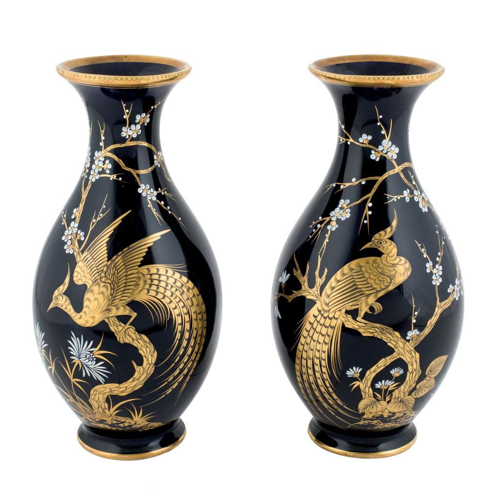 A pair of porcelaine japanese jar. 20th Century.