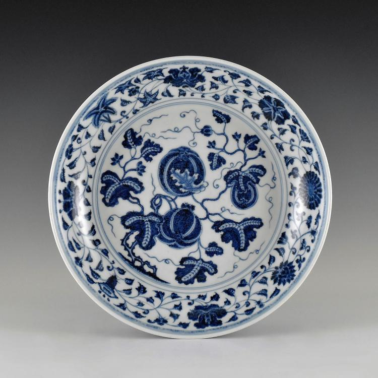BLUE AND WHITE GOURD MOTIF PORCELAIN PLATE