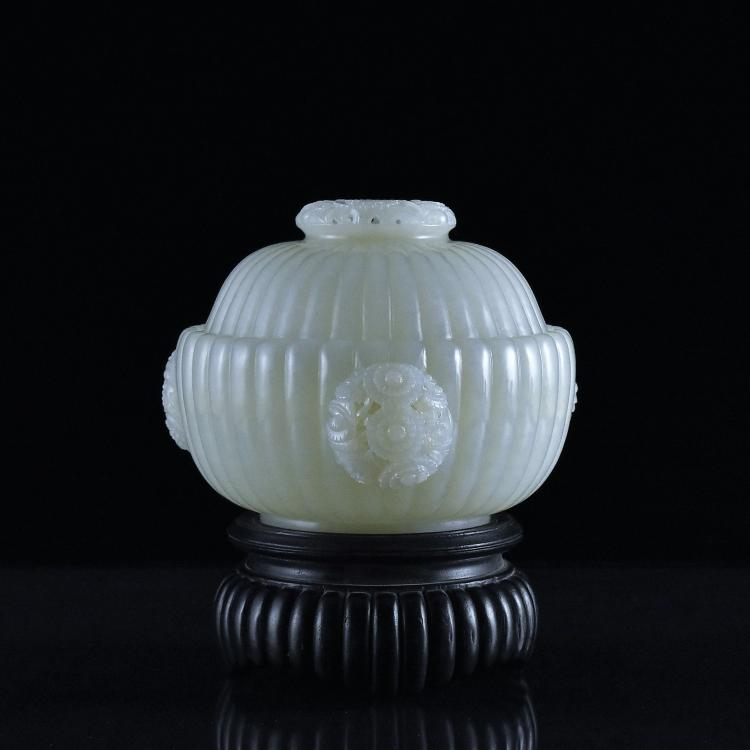 VERY FINE CHRYSANTEMUM LOBED JADE MARIAGE BOWL