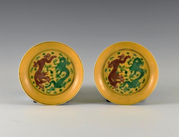 A PAIR OF JIAQING SANCAI 'DRAGON' DISHES