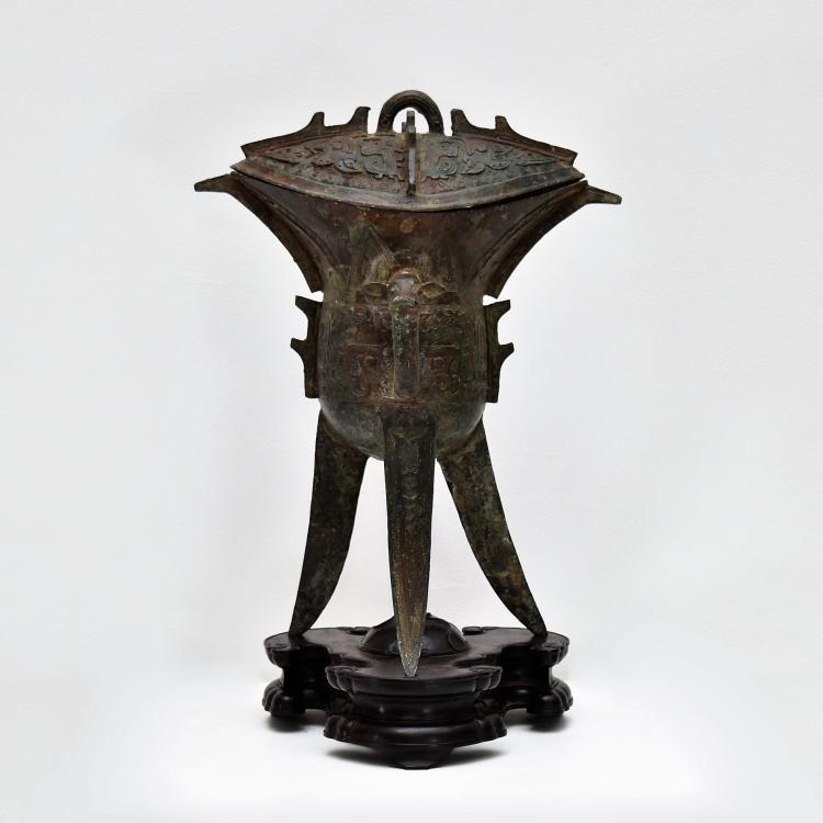 AN ARCHAIC RITUAL BRONZE COVERED WINE VESSEL, JUE