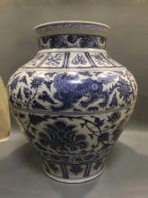 A BLUE AND WHITE FLORAL PATTERN JAR
