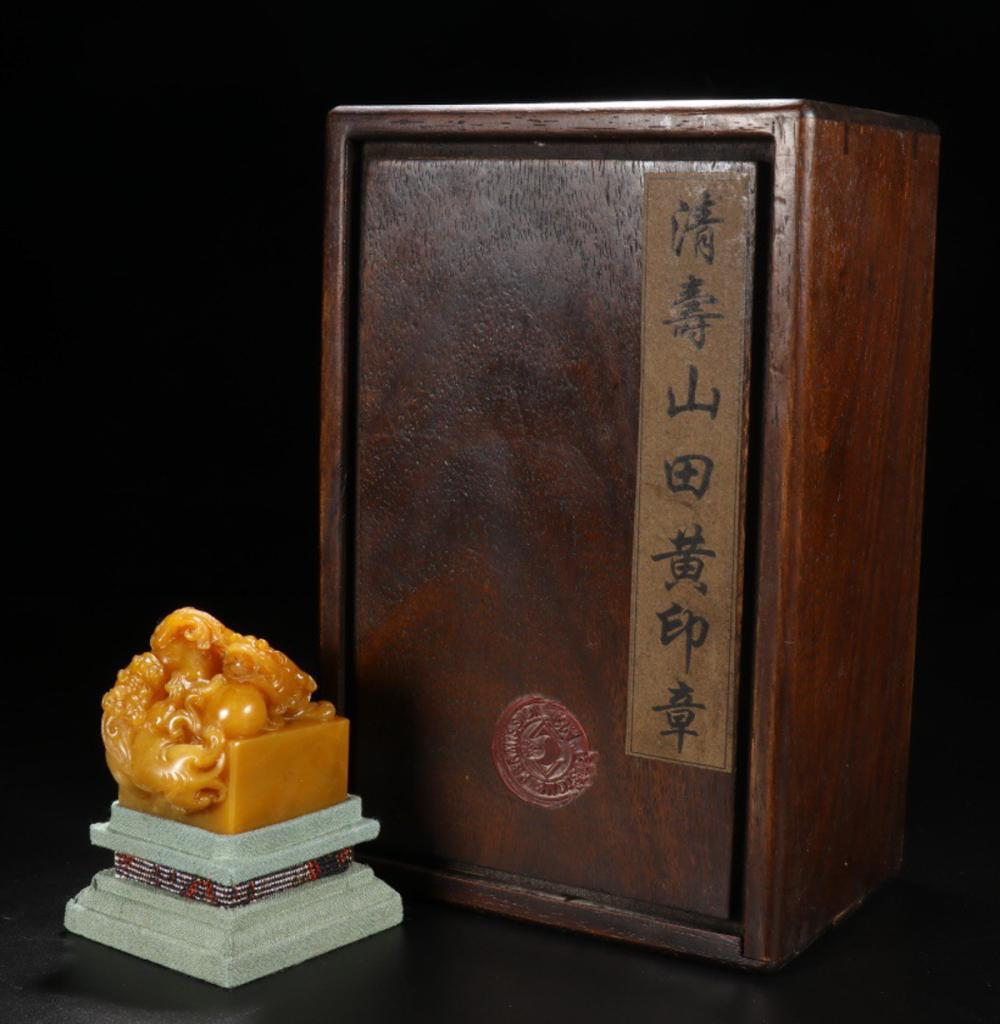 A TIANHUANG STONE LION KNOB CARVED SEAL