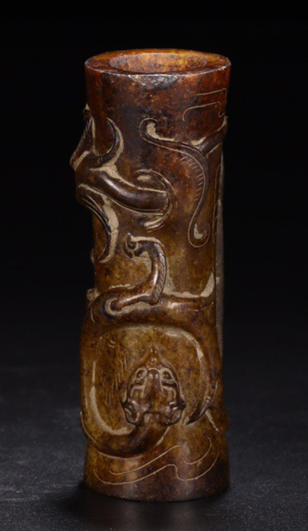AN ANTIQUE JADE DRAGON CARVED ORNAMENT