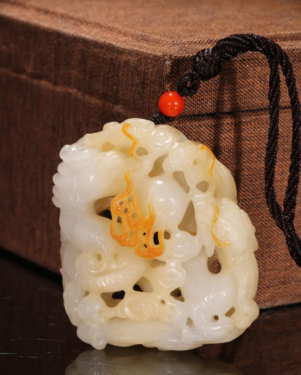 A HETIAN JADE CARVED TWO DRAGONS WITH A BEAD PENDANT