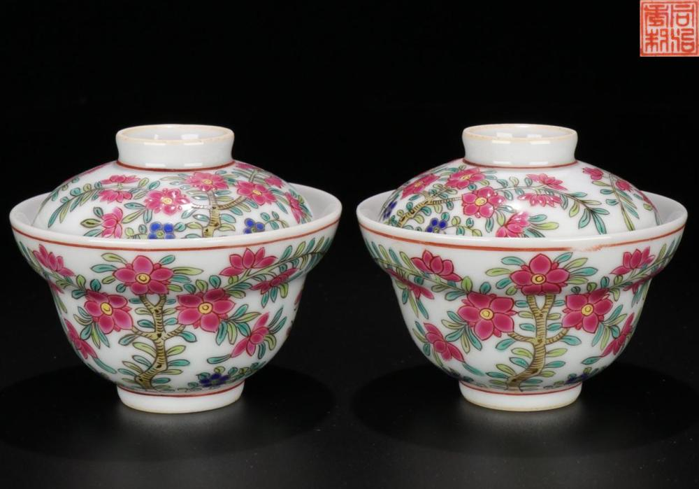 A FAMILLE ROSE 'BUTTERFLIES SURROUNDING FLOWERS' TEA CUPS WITH LID