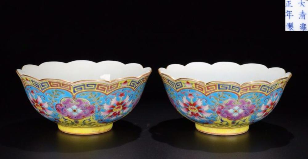 A PAIR OF ENMALED FLORAL PATTERN SUNFLOWER SHAPED EDGE BOWLS