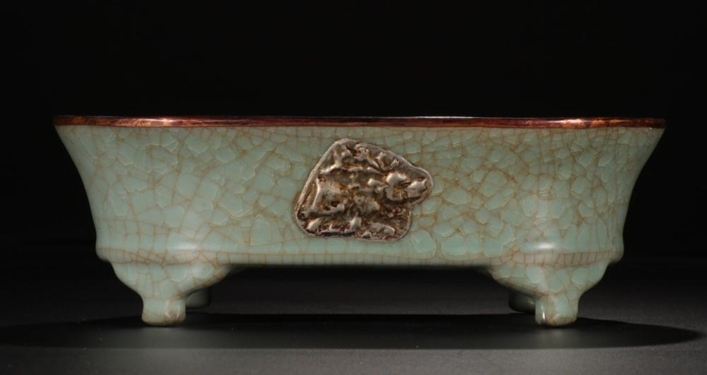 A RUYAO CRACKED ICE PATTERN BRONZE WAPPED EMBEDDED SILVER BRUSH WASHER