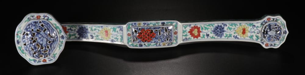 A DOUCAI HOLLOW CARVED FLOWER PATTERN RUYI ORNAMENT