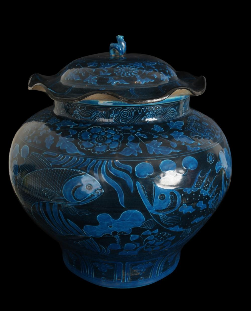 A BLUE GLAZE VASE WITH COVER IN FISHES & LOTUS DESIGN