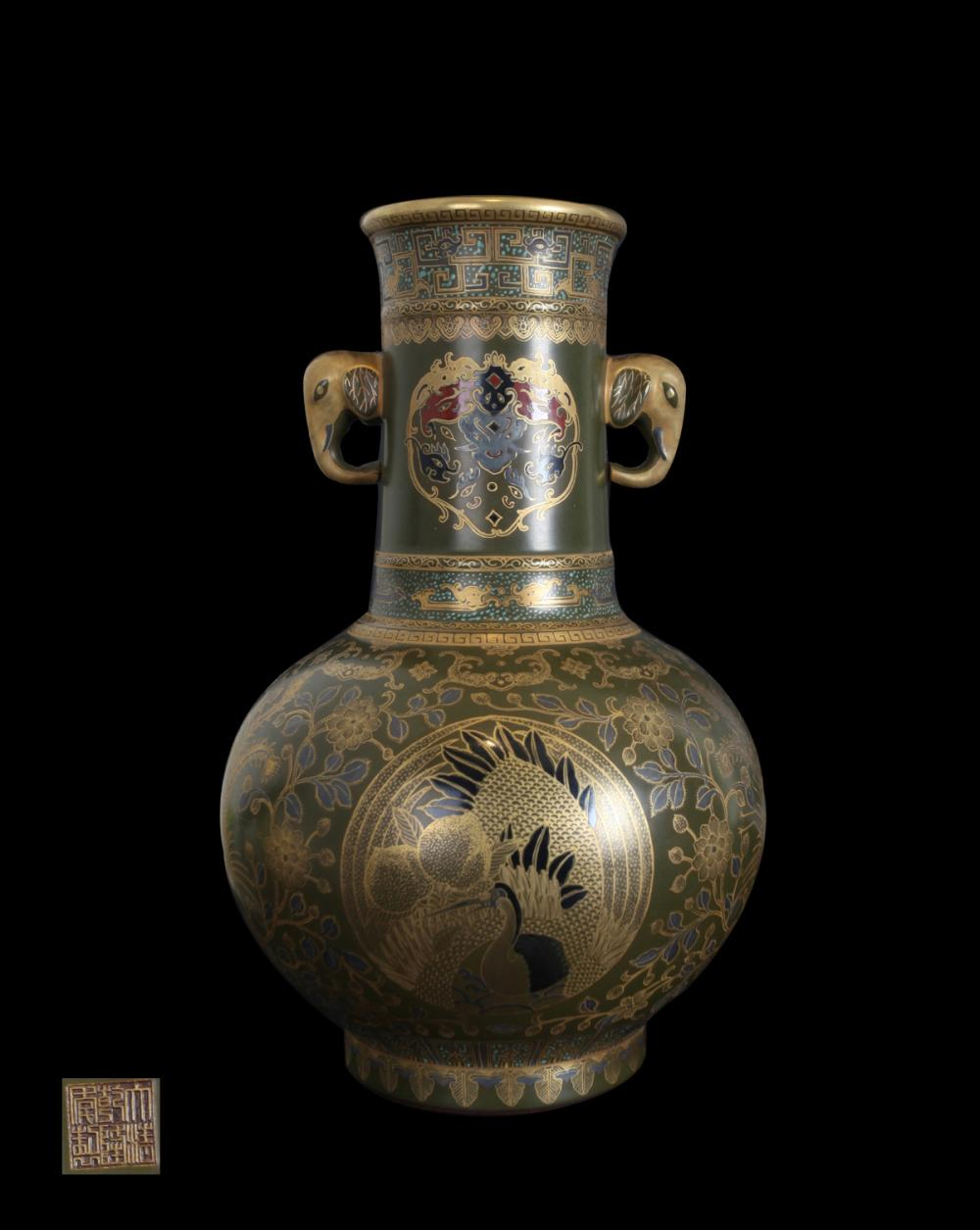 A LACQUER VASE WITH GOLD-PAINTED DESIGN