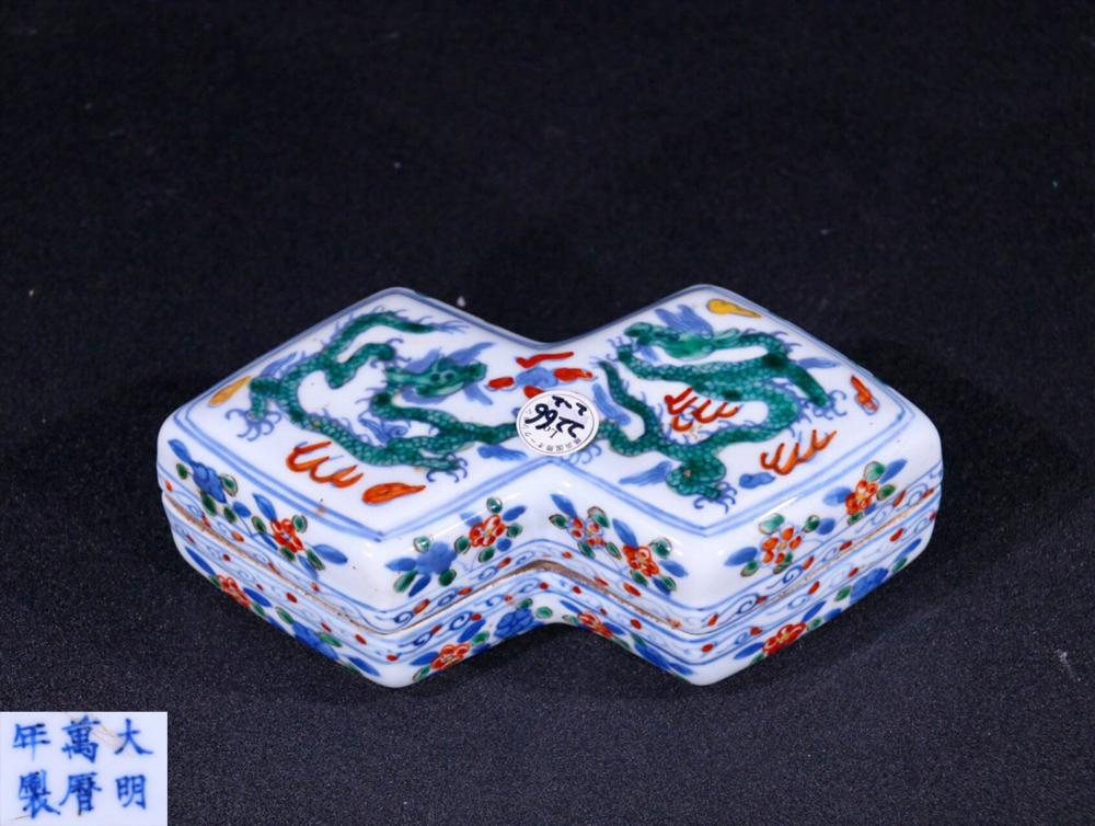 A WHITE GLAZED FAMILLE ROSE PORCELAIN BOX WITH DRAGON PATTERN