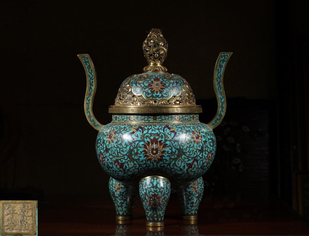 A CLOISONNE TRIPOD CENSER WITH DRAGON PATTERN COVER