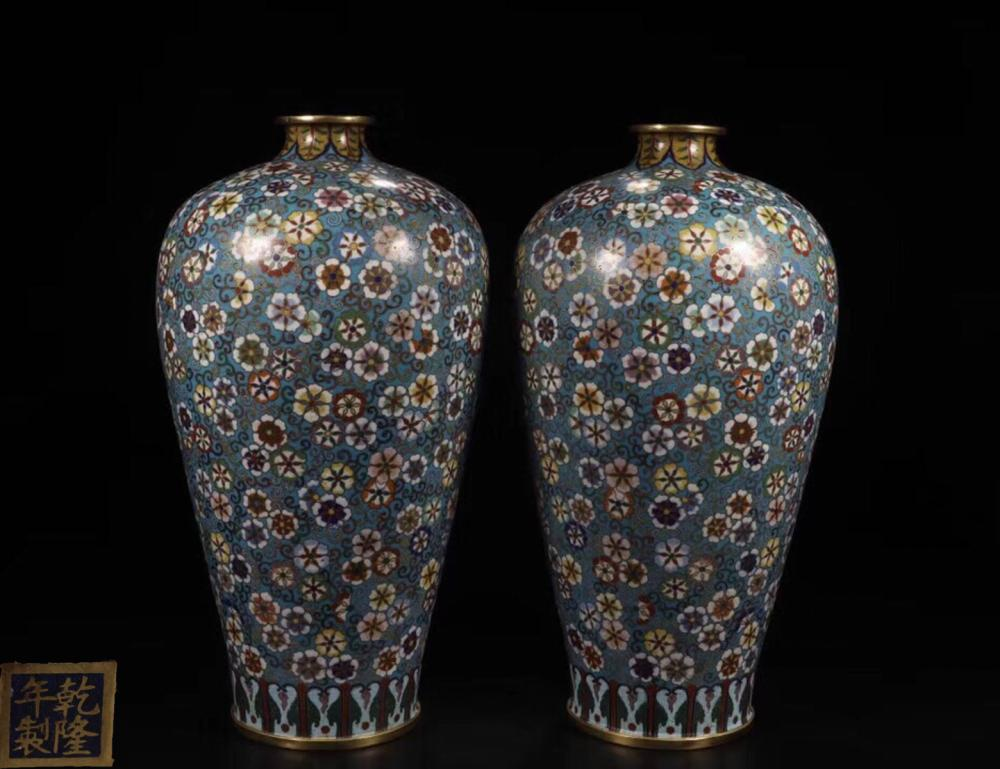 A PAIR OF QIANLONG MARK CLOISONNE VASES WITH FLORAL PATTERN