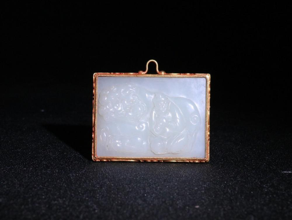 A HETIAN JADE PENDANT EMBEDEDED MIX GOLD WITH POETRY PATTERN