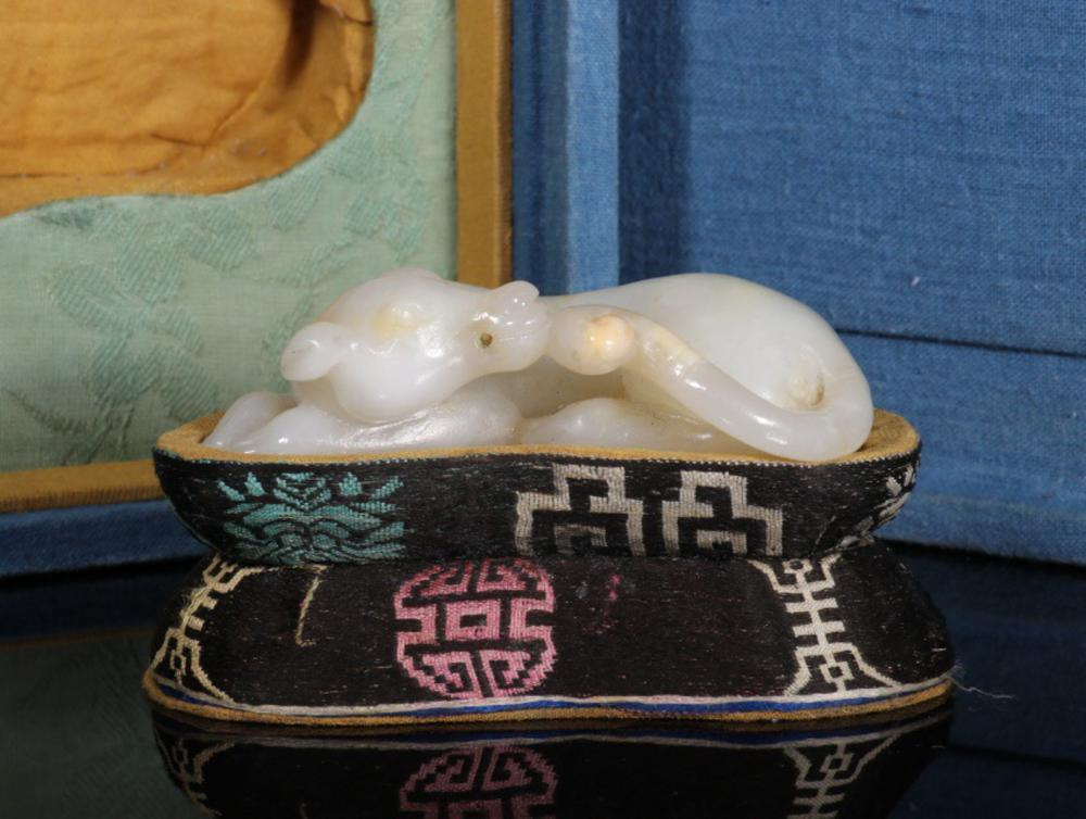 A HETIAN JADE ORNAMENT OF DOG WITH BASE&BOX