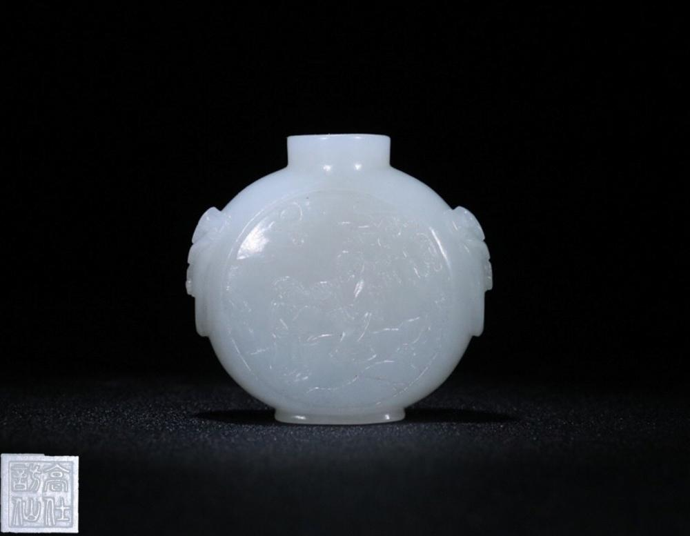 AN OLD JADE SNUFF BOTTLE CARVED STORY-TELLING PATTERN