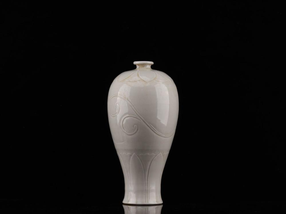 A WHITE GLAZE FLOWER PATTERN CARVED MEIPING