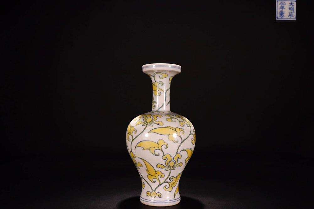 A MING DYNASTY MARK BW  FLOWER PATTERN PAINTED VASE