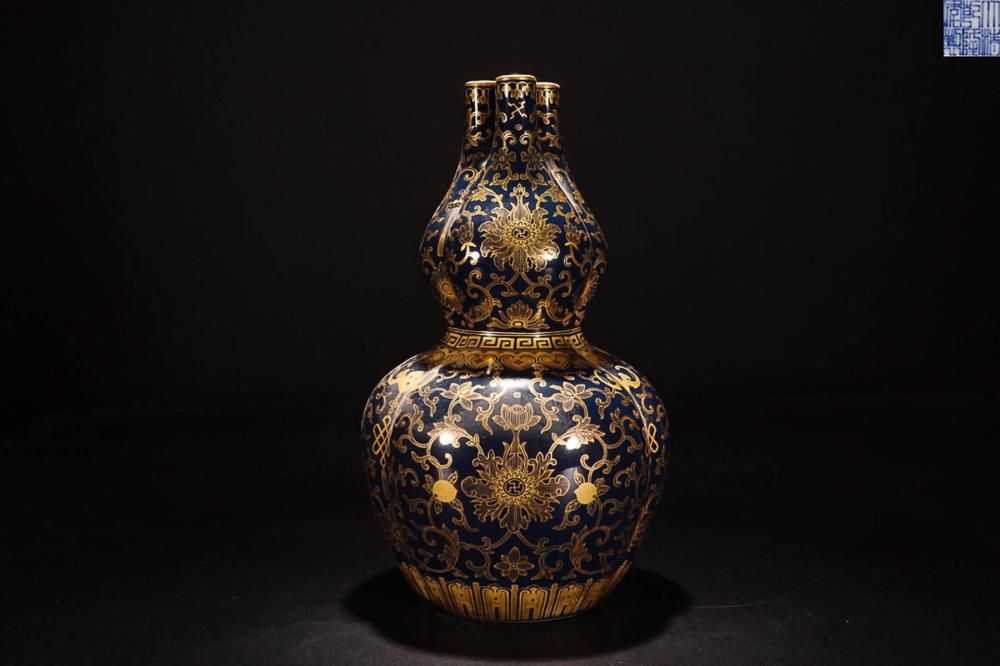 A QIANLONG MARK GOLDEN EDGE PORCELAIN VASE VASE