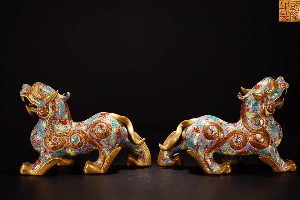 A  PAIR OF YONGZHENG MARK ENAMELED GOLDEN EDGE  BEST SHAPED ORNAMENT