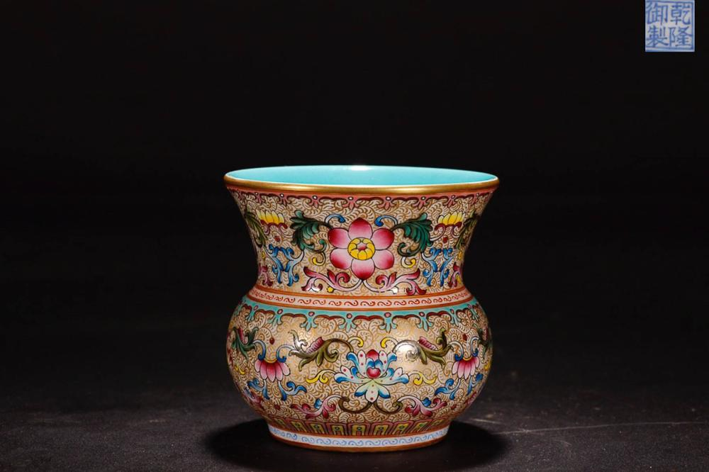 A QIANLONG MARK ENAMELED FLOWER PAINTED GOLDEN EDGE SLAG BUCKET