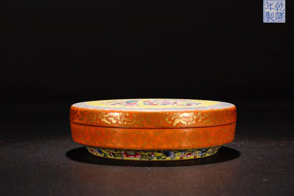A QIANLONG MARK FAMILLE ROSE FLOWER PATTERN PAINTED  BOX