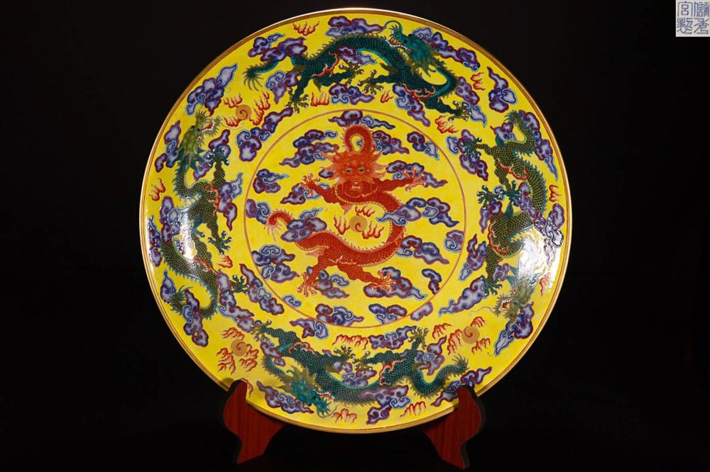 A  FAMILLE ROSE DRAGON PATTERN PAINTED PLATE WITH MARK