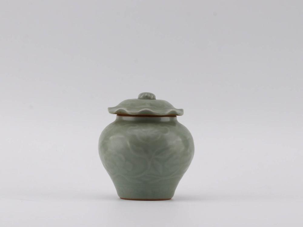 A LONGQUAN WARE PORCELAIN FLOWER PATTERN CARVED TEA JAR