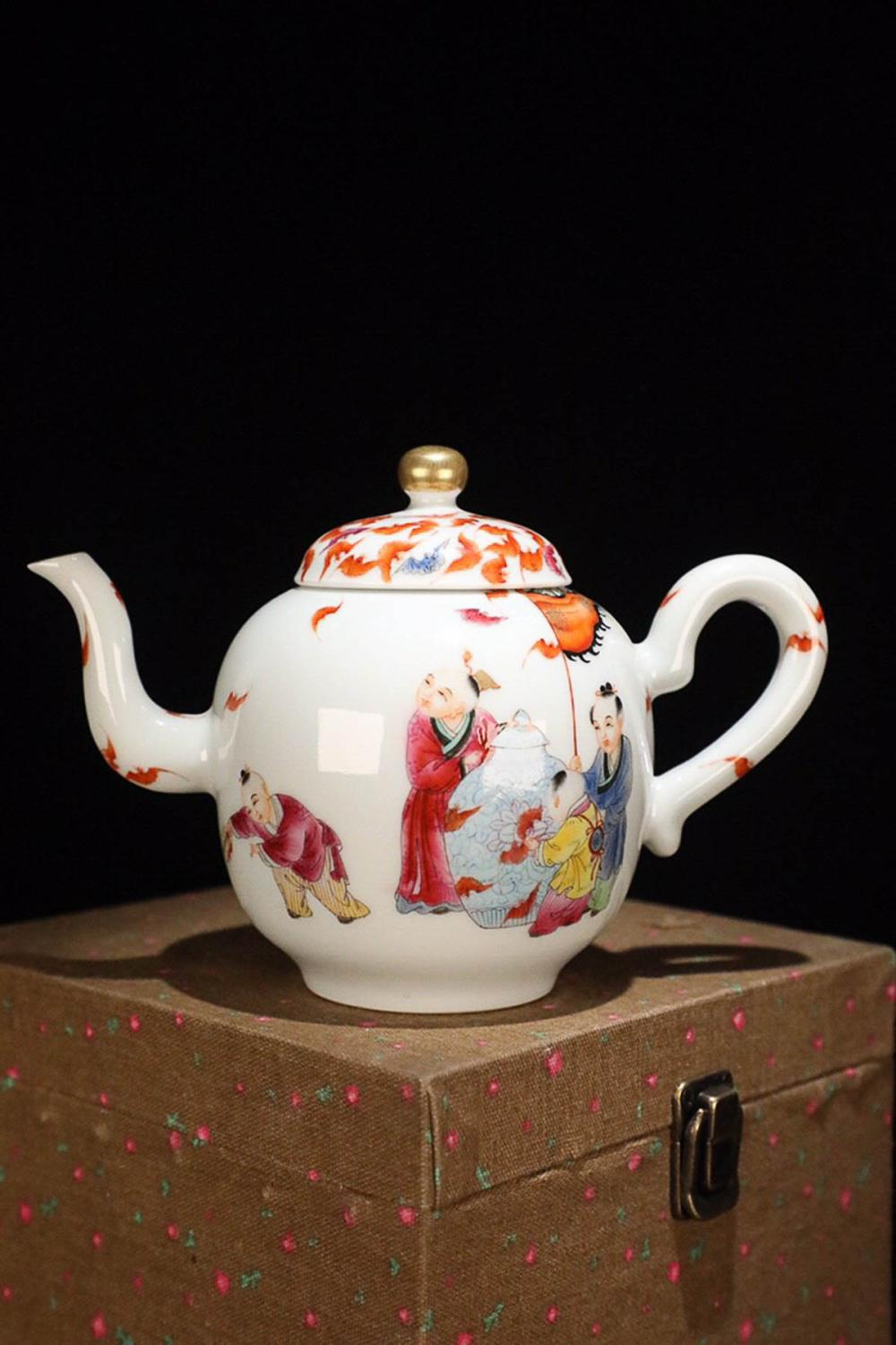 17-19TH CENTURY, A STORY DESIGN PORCELAIN TEAPOT, QING DYNASTY