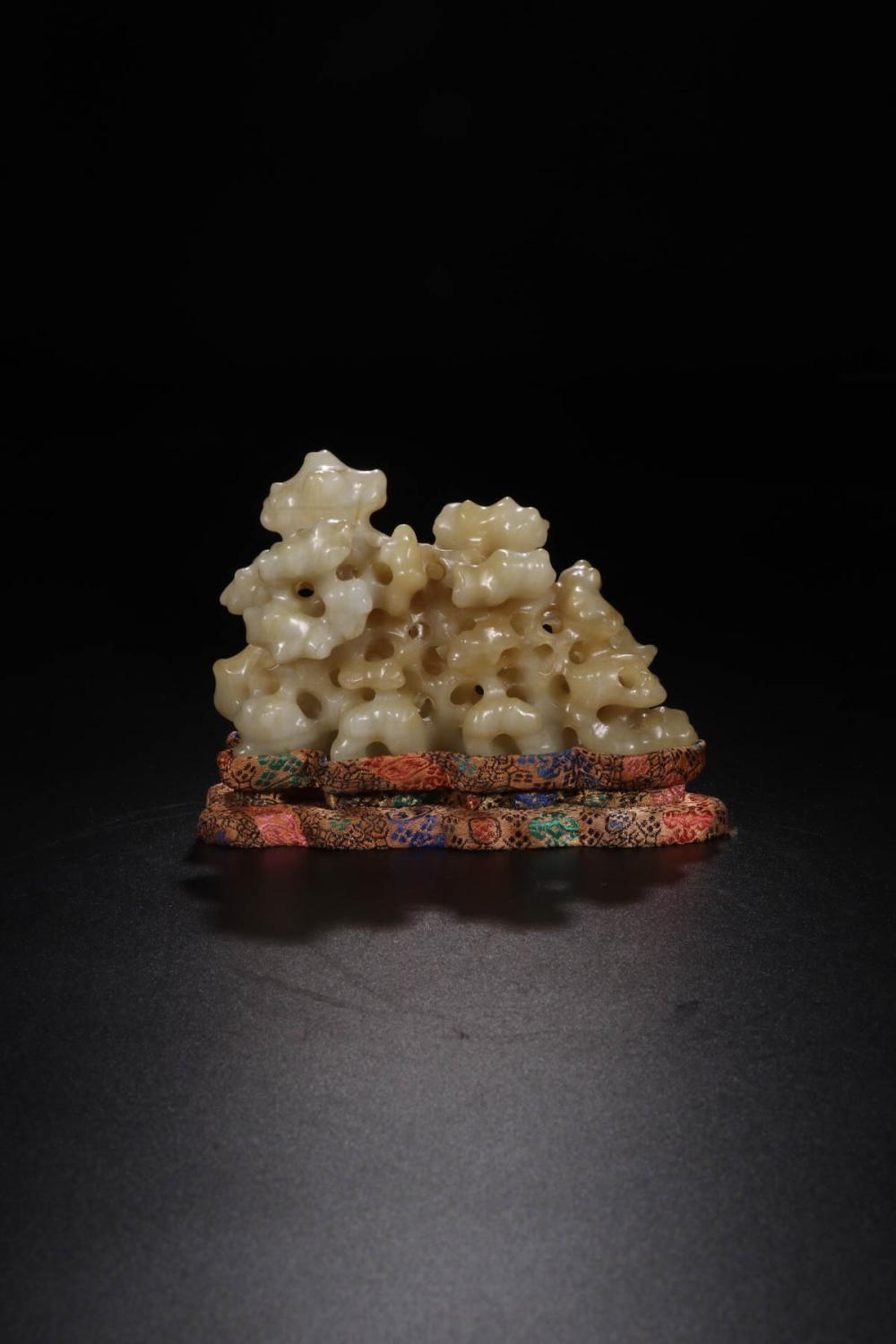 A HETIAN JADE MOUNTAIN SHAPE CARVED ORNAMENT