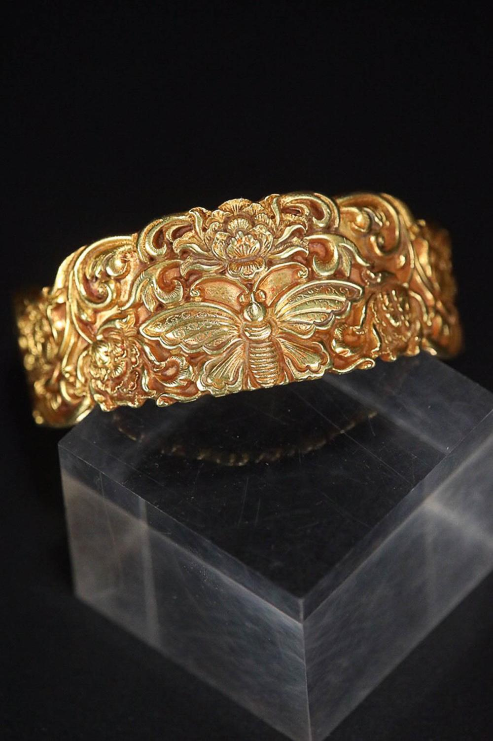 A BEUTTERFLY&FLORAL PATTERN GILT SILVER BANGLE