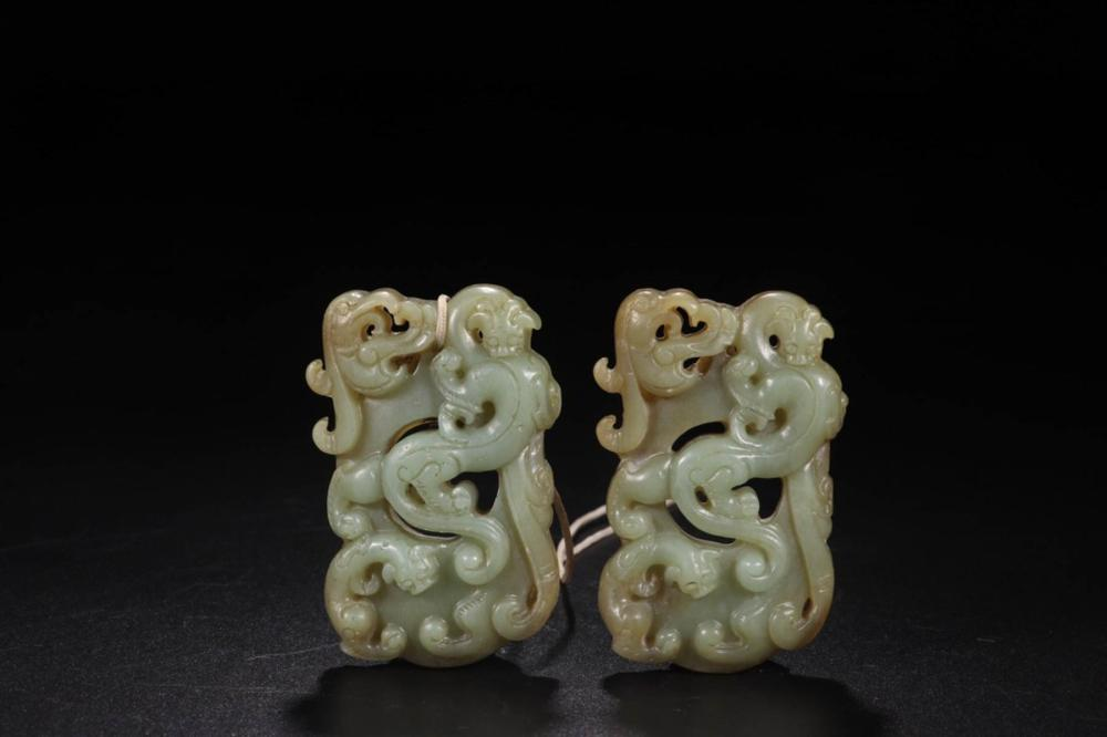 A PAIR OF HETIAN JADE DRAGON PATTERN CARVED PENDANTS