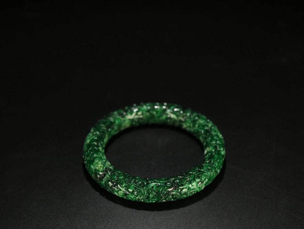 A JADEITE FLOWER PATTERN CARVED BANGLE