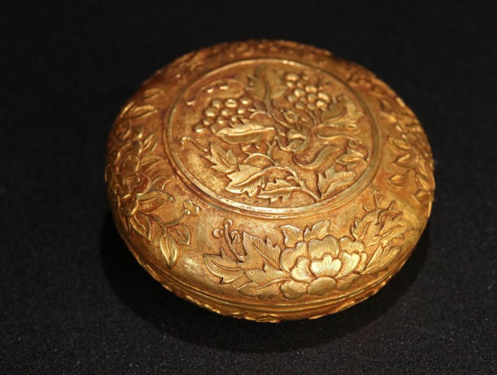 A GILT BRONZE FLOWER PATTERN CARVED ROUND BOX