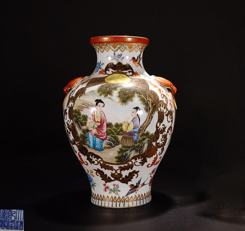 A QIANLONG MARK ENAMELED GOLDEN EDGE CARACTER PAINTED DOBLE EAR VASE