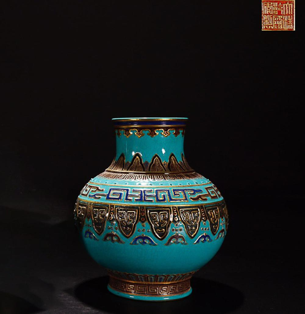 A QIANLONG MARK GOLDEN EDGE PATTERN VASES