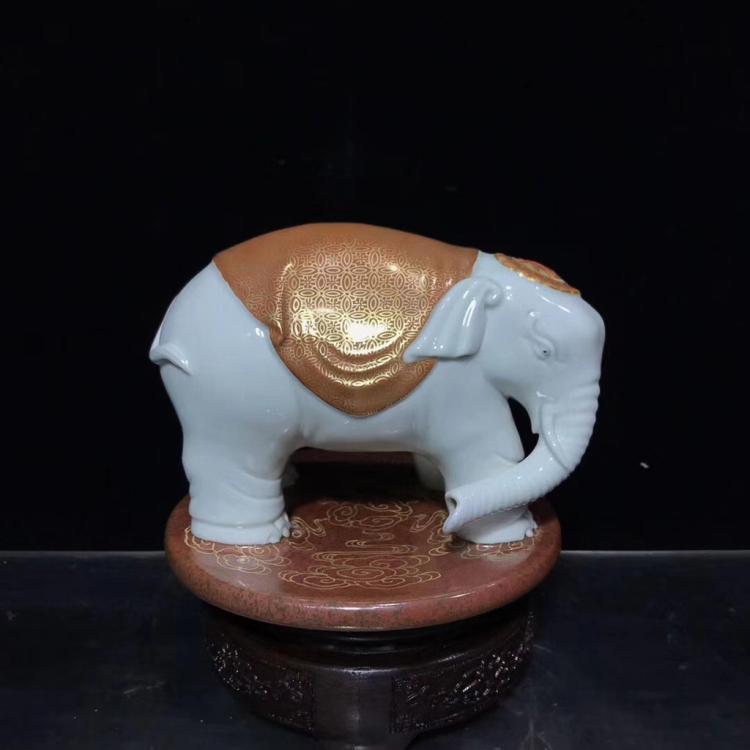 A DAQING QIANLONG NIANZHI MARK ELEPHANT STATUE