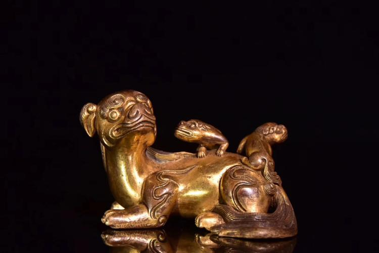 A COPPER AND GILDING BENEVOLENT PAPPERWAIGHT,QING QIANLONG DYNASTY
