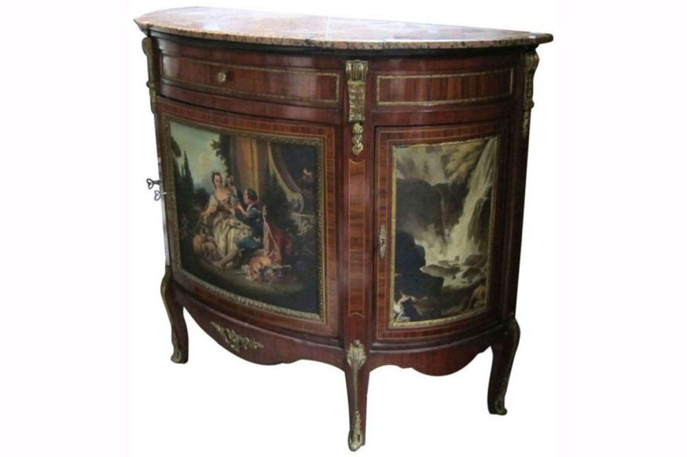 Lot 109: Demi-lune commode