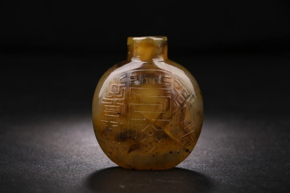 RUSSET AGATE CARVING OF SNUFF BOTTLE