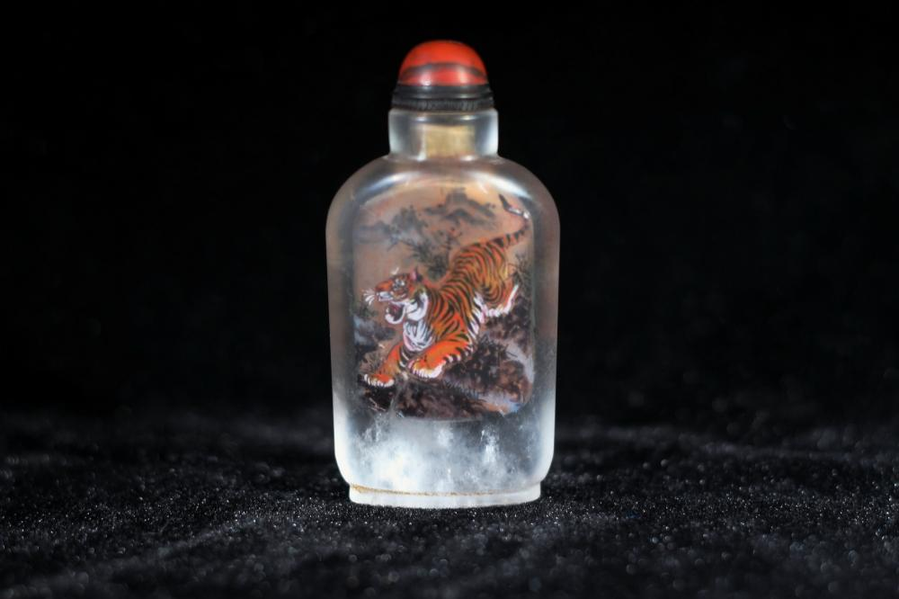 INNER-PAINTED TIGER CRYSTAL SNUFF BOTTLE
