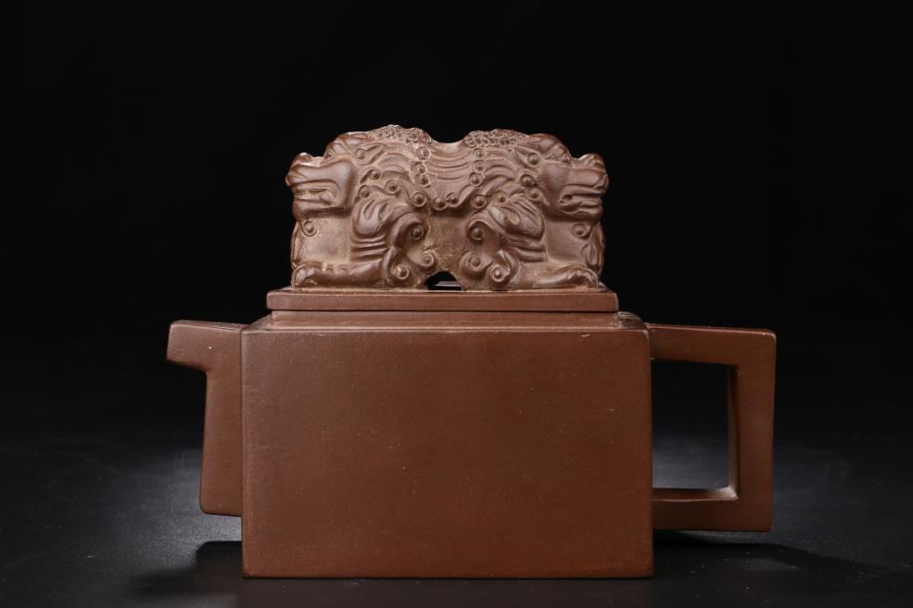 ZISHA TEAPOT WITH COUCHING LION LID