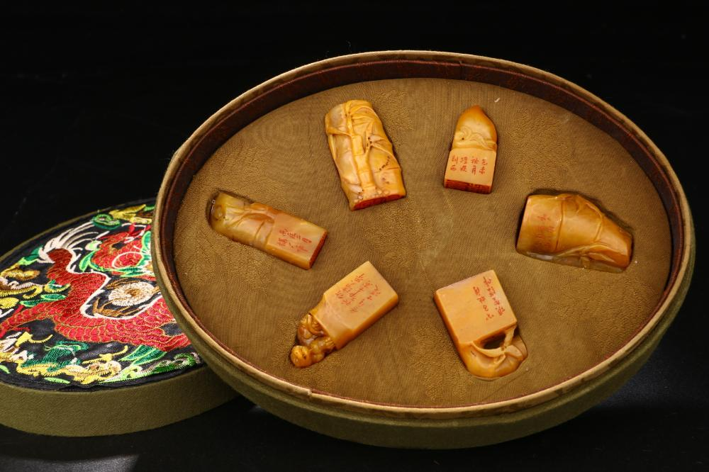 A SET OF TIANHUANG STONE SEALS IN EMBROIDERY BOX