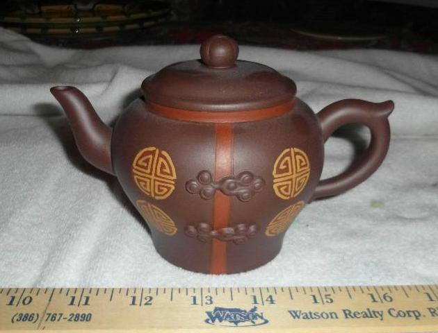 Chinese YiXin Zisha tea pot with cover, signed
