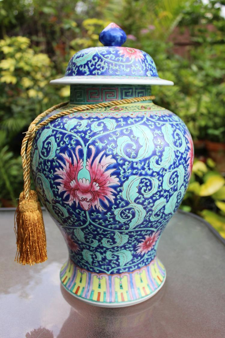 Huge Chinese Qing dynasty style porcelain vase with lid